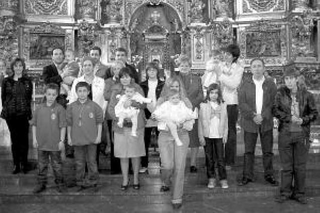 La Vera Cruz de Azagra impuso las insignias a los 24 nuevos cofrades