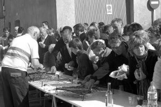 Un almuerzo popular reúne a 500 vecinos en las fiestas de la juventud