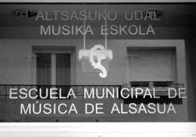 La Escuela de Música de Alsasua exhibe un logotipo equivocado