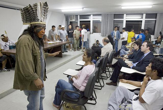 Un grupo de indios se atrinchera en la sede de la Fundación de Salud en Sao Paulo