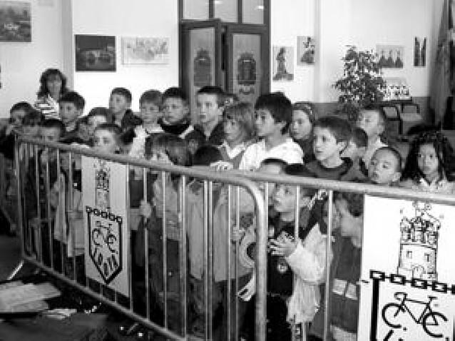 Los vecinos de Oteiza muestran sus manualidades en una exposición colectiva