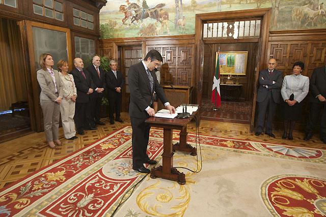 Los consejeros vascos toman posesión prometiendo lealtad a la Constitución