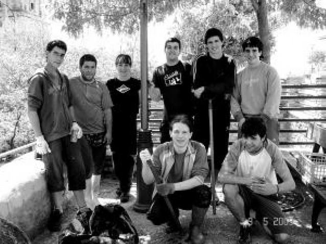 Jóvenes y cazadores limpian el río Odrón