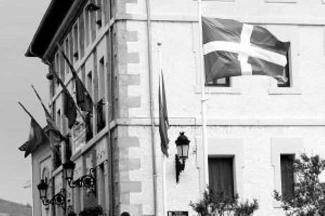El alcalde de Villava recurrirá la decisión de quitar la ikurriña