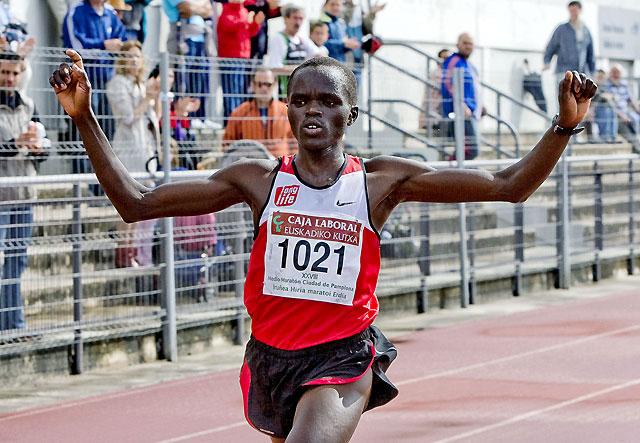 El keniano Víctor Bitock gana con facilidad la Media Maratón de Pamplona