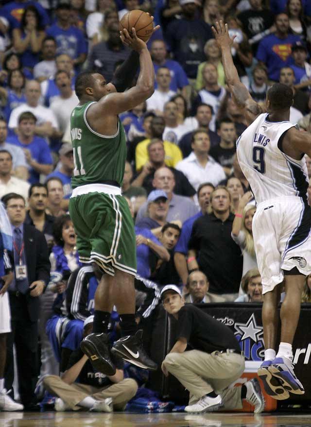 Davis recupera la ventaja de campo para Celtics en el último segundo (94-95)