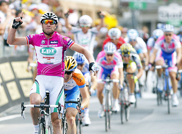 Petacchi repite victoria en el Giro de Italia y se viste de rosa