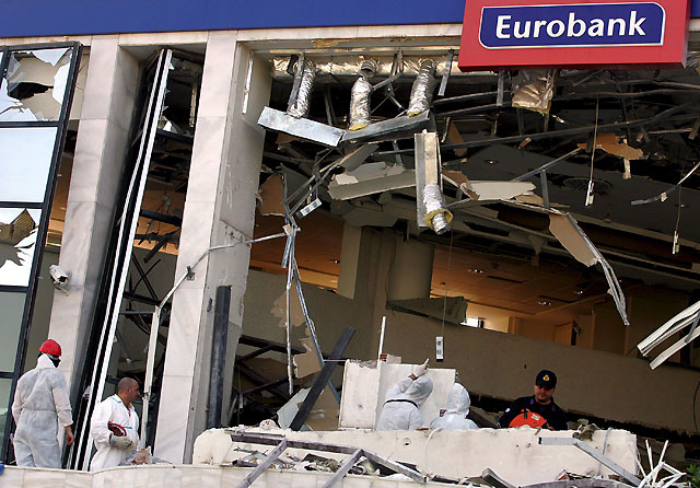 Atacan con una bomba una sucursal bancaria en un barrio del sur de Atenas