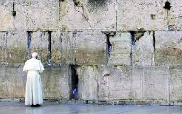El Papa pide por la paz ante el Muro de las Lamentaciones