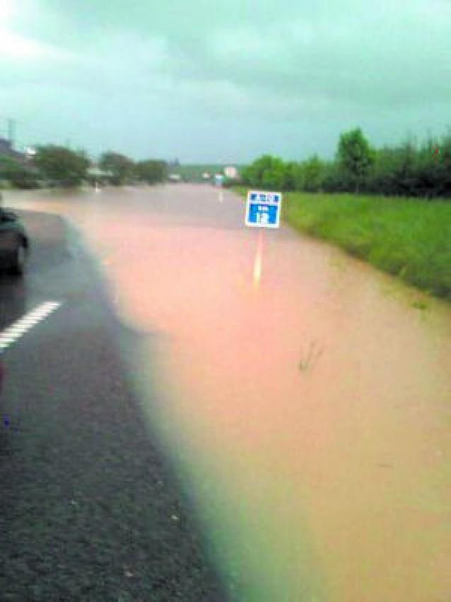 Una tormenta corta la Autovía de la Barranca
