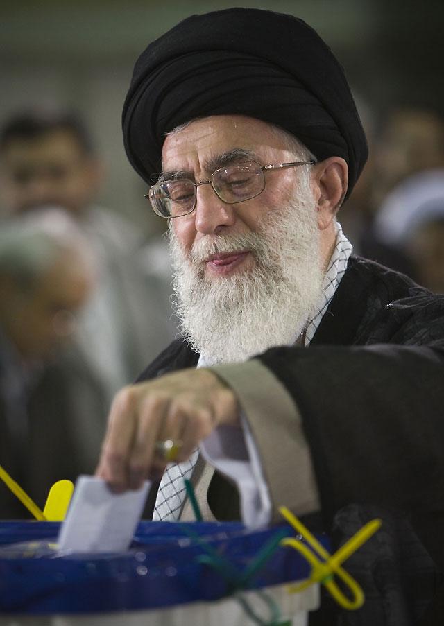 La afluencia masiva de los iraníes a las urnas obliga a ampliar dos horas el horario de los colegios electorales