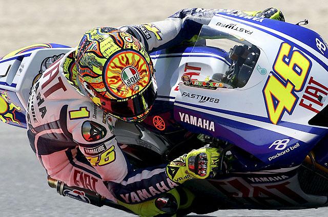 Rossi consigue el mejor tiempo por delante de un combativo Lorenzo en los primeros libres de Montmeló