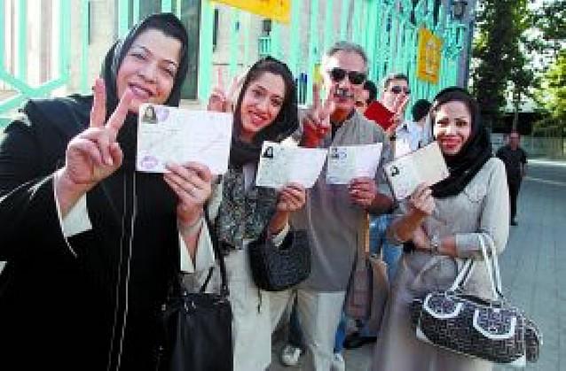 Ahmadineyad y el reformista Musavi se atribuyen el triunfo electoral de Irán