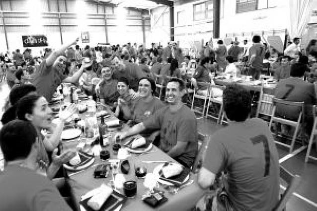 Más de 500 personas en la comida en el polideportivo
