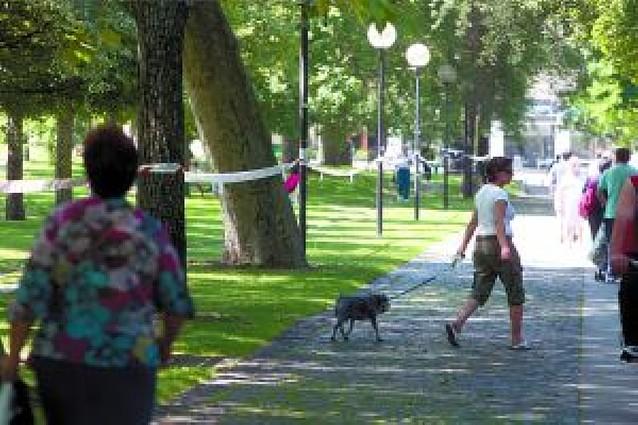 Encintan parques de Pamplona en contra de la nueva cárcel