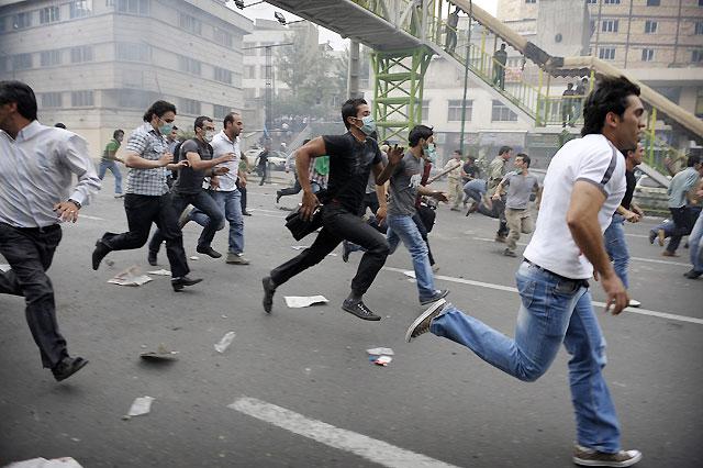 Un centenar de detenidos en las revueltas en Irán, entre ellos importantes seguidores de Musaví