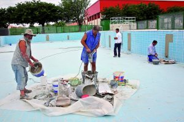 Arguedas aplaza la apertura de su piscina por problemas de obras