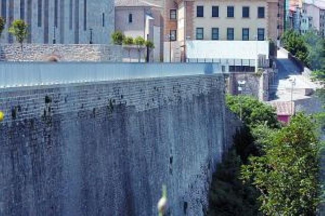 """Once """"naranjitos"""" vigilarán las murallas en San Fermín para evitar caídas"""
