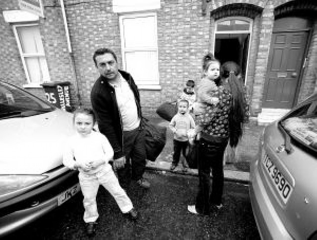 115 rumanos se refugian en una iglesia de Belfast de ataques racistas