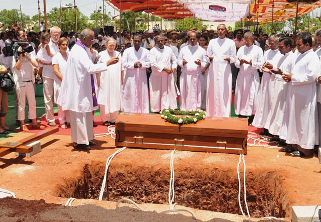 Enterrado Vicente Ferrer en una ceremonia al aire libre en el sur de la India