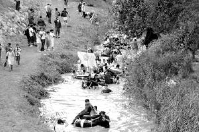 27 embarcaciones de jóvenes descienden el Cidacos en Tafalla