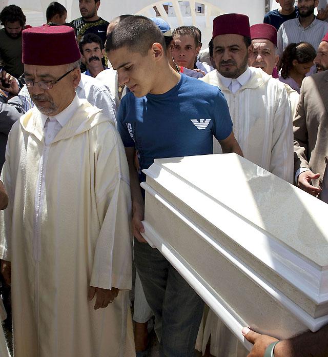 La familia de Rayán entierra al pequeño junto a su madre