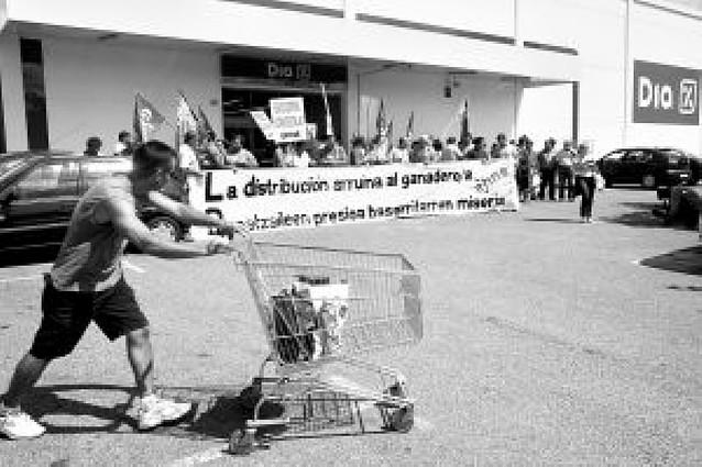 El sindicato EHNE critica a las grandes distribuidoras por los precios de la leche