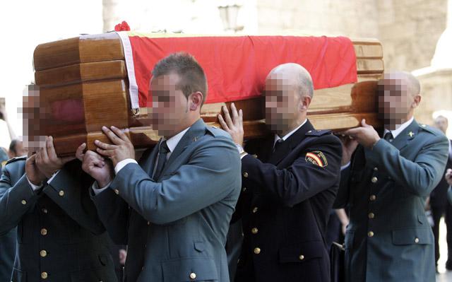 Los Príncipes rinden tributo a los dos agentes frente al totalitarismo de ETA