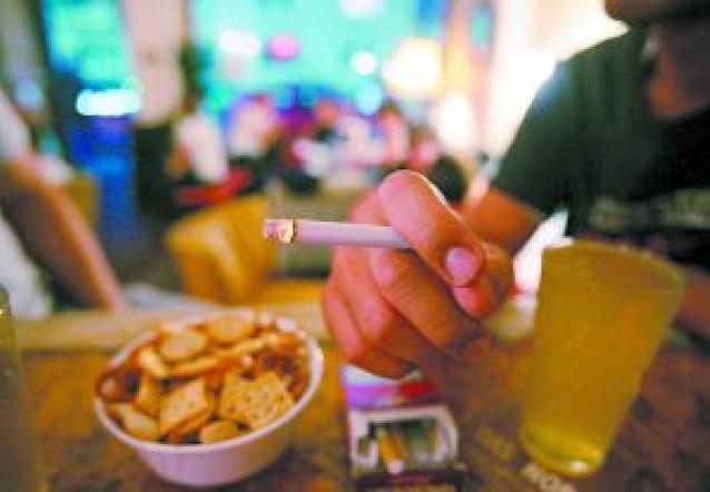 Sanidad se plantea prohibir fumar en todos los bares y restaurantes