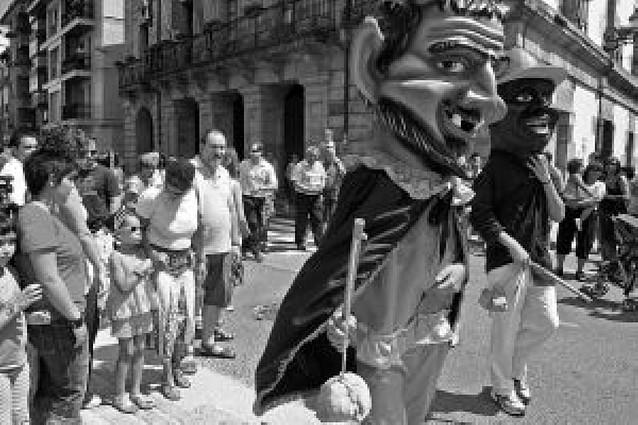 Cohetes y pancartas en las fiestas de Etxarri