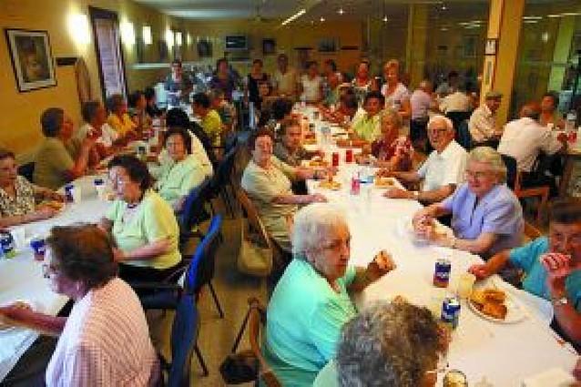 85 personas participan en la merienda del Hogar del Jubilado
