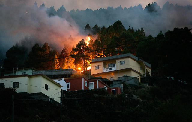 El viento mejora en el frente oriental del incendio de La Palma y pueden actuar los efectivos terrestres