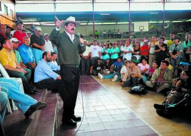 Zelaya niega que esté formando una milicia para entrar en Honduras