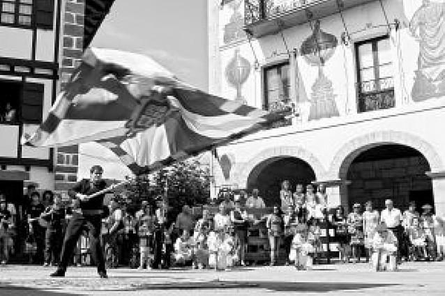 Bera celebró el día grande bailando su bandera