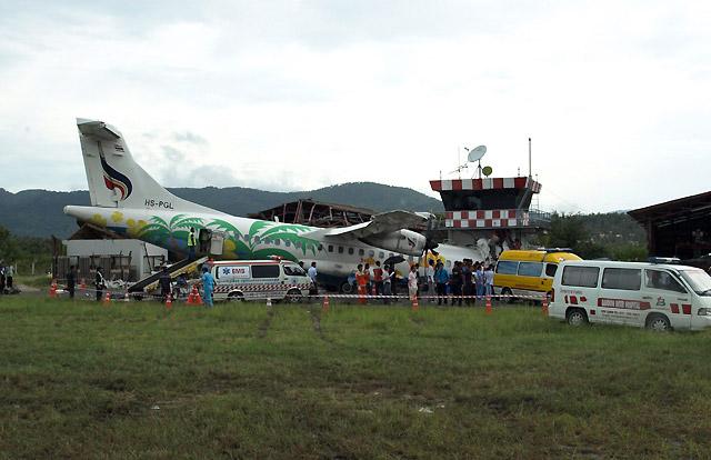 Muere el piloto de un avión al chocar contra la torre de control en Tailandia