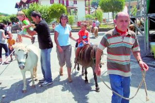 "Once ""pottokas"" pasearon a los txikis en la plaza de Altzate"