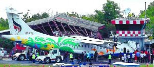 Un muerto entre 72 pasajeros al estrellarse un avión en una torre de control en Tailandia