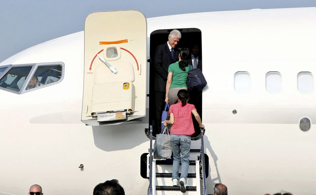 Bill Clinton regresa de Corea del Norte con las periodistas liberadas