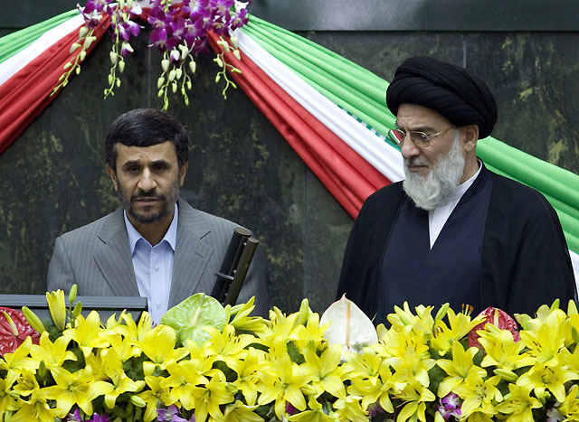 Ahmadineyad jura el cargo en Irán en un Parlamento blindado por la Policía