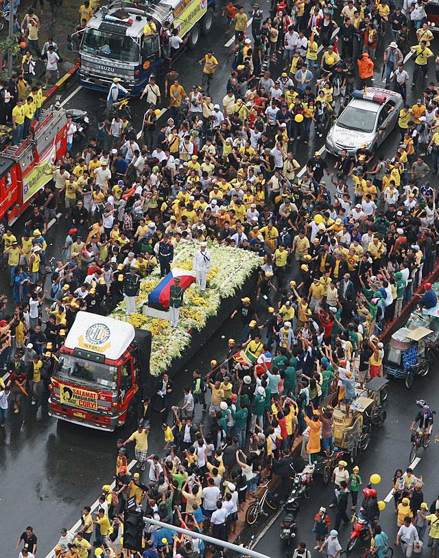 Decenas de miles de filipinos despiden a Corazón Aquino en Manila