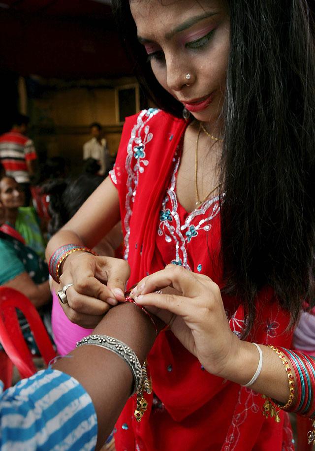 Cientos de millones de hindúes celebran su fiesta de la fraternidad