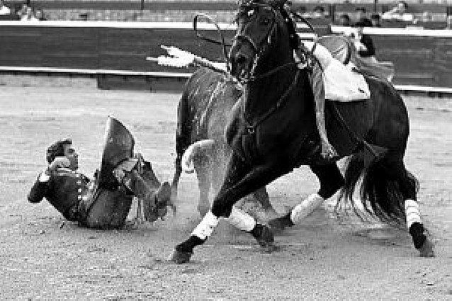 Hermoso de Mendoza triunfa en Huelva a pesar de la paliza que recibió de un toro