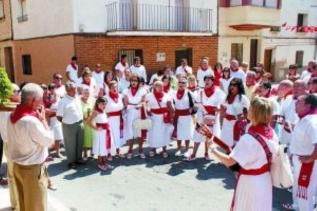 San Miguel sale a la calle entre ramos de albahaca