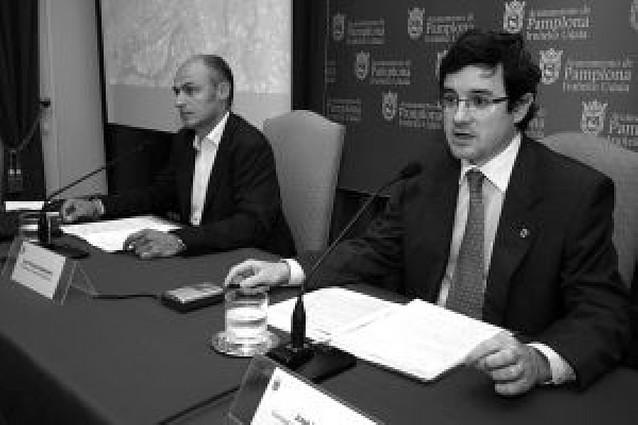 El concejal Iribas comparece sin la presencia de Cristina Sanz