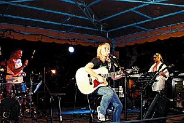 El concierto de Krisenka Finley reúne a un grupo de vecinos en los Paseos