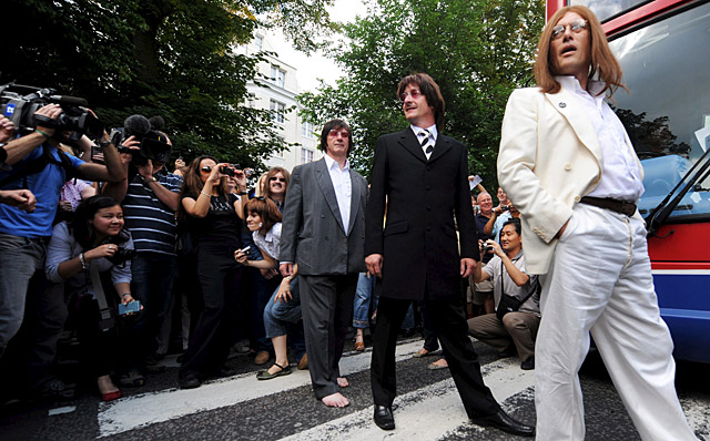 """Cientos de fans de los Beatles festejan los 40 años de la famosa portada de """"Abbey Road"""""""