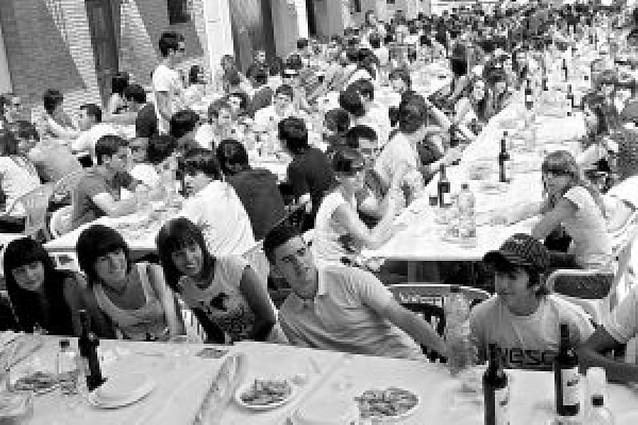La asociación de peñas prepara una comida para 400 jóvenes