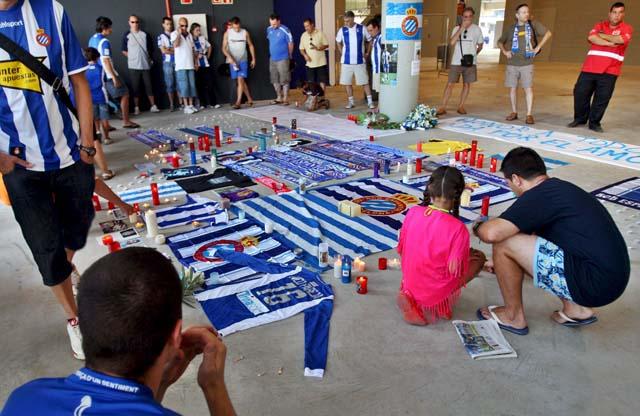 Los aficionados del Espanyol se congregan en la puerta 21 del Estadio de Cornellá para recordar a Jarque