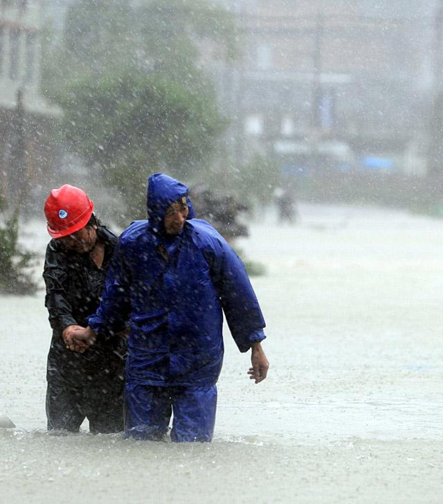 """Un muerto y un millón de evacuados en China por el tifón """"Morakot"""""""