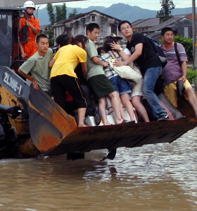 El tifón Morakot avanza hacia el norte de China como tormenta causando muerte y daños